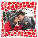 Cojín de corazonesImprime una foto con tu pareja en el cojín y así siempre podréis achucharos.